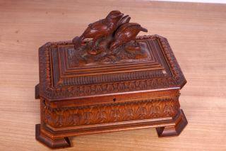 Antike Holzschatulle Mit Schnitzereien Bild
