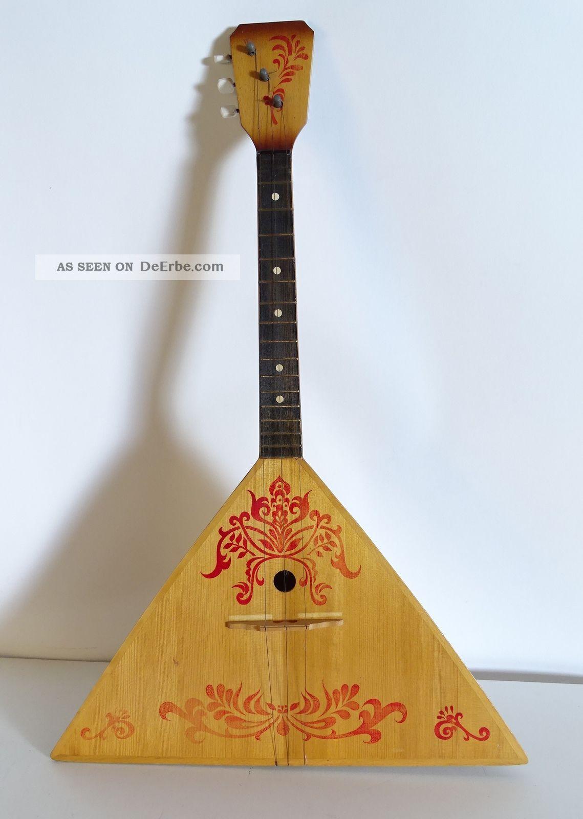 Ältere Russische Balalaika Made In Ussr Zupfinstrument Mit Roter Verzierung Musikinstrumente Bild