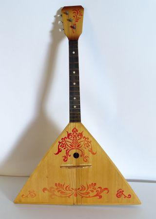 Ältere Russische Balalaika Made In Ussr Zupfinstrument Mit Roter Verzierung Bild